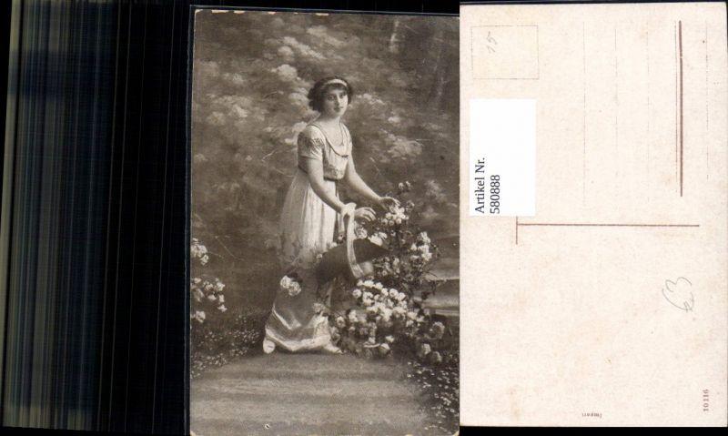 580888,Frau m. Hut i. Arm Blumen