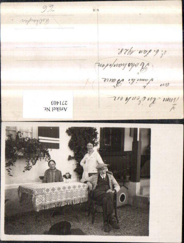 271403,Foto AK Roßhaupten Familie Bauer Mann m. Mütze Frauen b. Tisch 1928