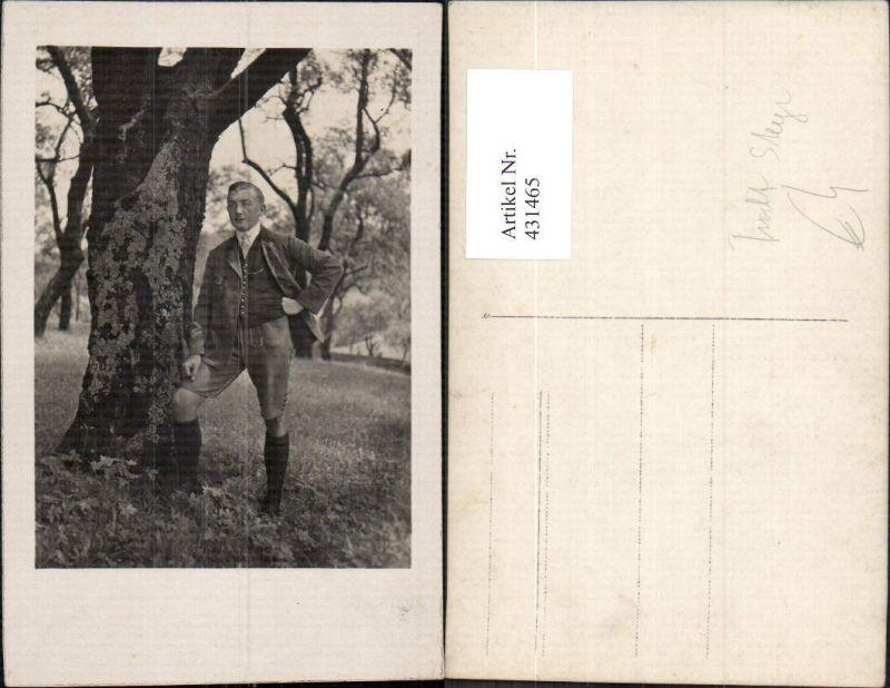 431465,Foto Ak Mann in Anzug Tracht Steyr Lederhose b. Baum stehend Passepartout