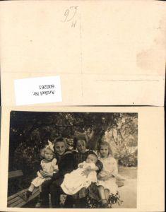 600261,Foto Ak Gruppenbild Kind Kinder Matrosenanzug unter Baum sitzend