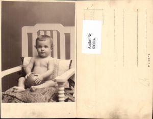 600286,Foto Ak Kind Kleinkind a. Stuhl m. Ball sitzend