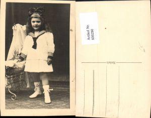 600290,Foto Ak Kind Mädchen Matrosenanzug Kleid Puppe i. Puppenbett