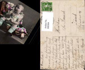 600304,Kind Kleinkind in Koffer sitzend Blumen Rosen