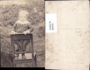 600334,Foto Ak Kind Kleinkind a. Stuhl stehend Portrait