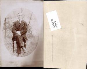 637136,Foto-AK Mann sitzt auf Stuhl Sessel Anzug
