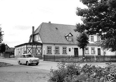 Foto im Ansichtskarte-Format, Neudorf Ostharz, Ferienobjekt, PKW Trabant, Echtfoto, um 1970