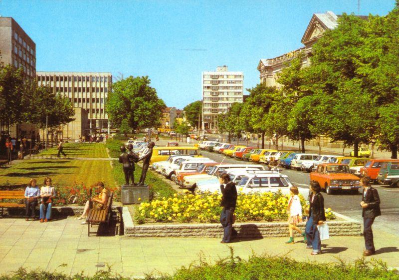 Ansichtskarte, Potsdam, Heinrich-Rau-Allee mit Post, Reisebüro und Bibliothek, 1982