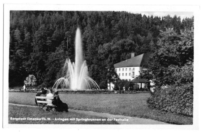 Ansichtskarte, Ilmenau Thür. Wald, Anlagen mit Springbrunnen an der Festhalle, 1956