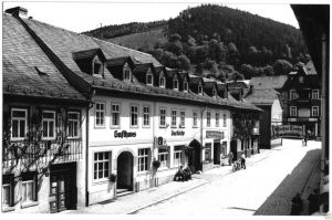 Ansichtskarte, Leutenberg Thür, Straßenpartie mit Gaststätten, Echtfoto, um 1975
