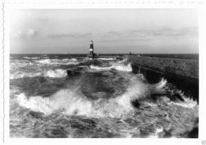 Ansichtskarte, Rostock Warnemünde, An der Mole bei rauer See, 1985