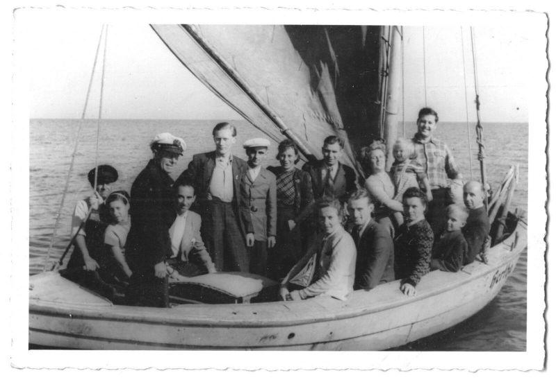 Ansichtskarte, Seebad Ahlbeck auf Usedom, Gruppe auf Segelboot, Echtfoto, um 1951