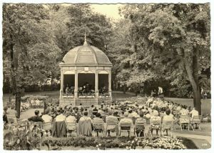 Ansichtskarte, Bad Frankenhausen Kyffh., Musikpavillion im Kurpark, belebt, 1961
