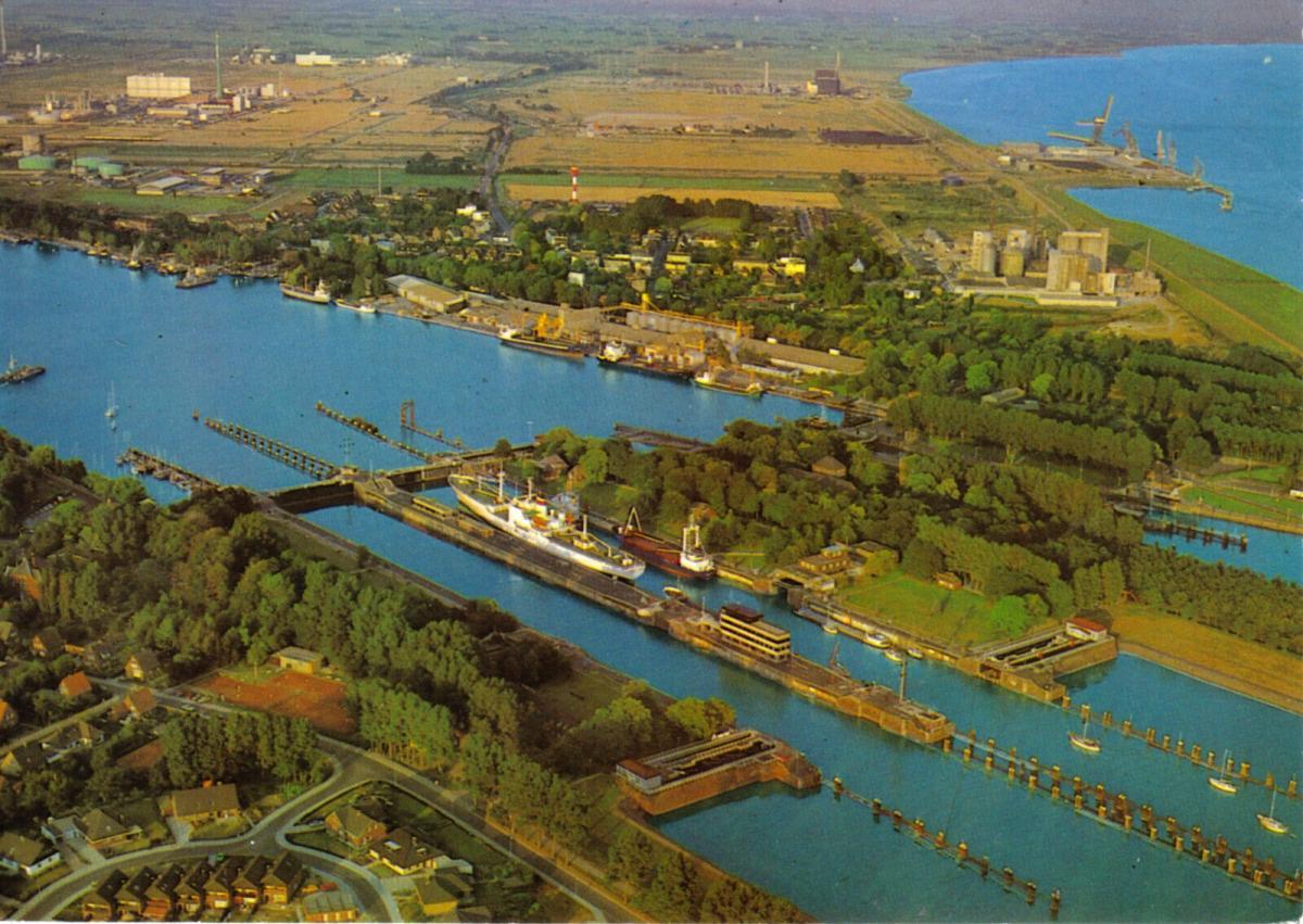 Ansichtskarte, Brunsbüttel, Schleusenareal, Luftbildansicht, um 1986