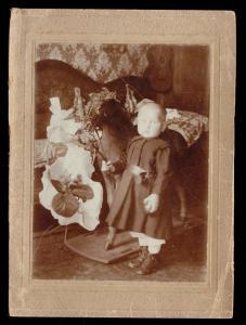 Aufgezogenes Echtfoto, Kleinkind mit Spielpferd, um 1902