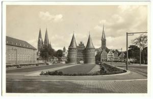 Ansichtskarte, Lübeck, Platz mit Holstentor, Marien- und Petrikirche, um 1940