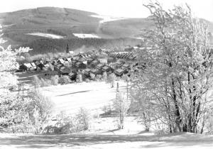 Ansichtskarte, Johanngeorgenstadt Erzgeb., winterliche Teilansicht mit Plattenberg, 1971