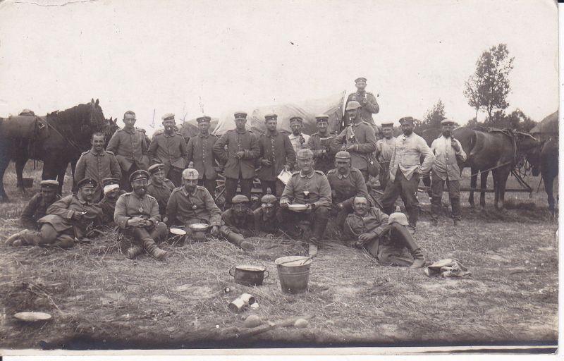 Original Foto Gruppe Soldaten beim Essen Rast Pferde Regiment 19 / WK I 1916