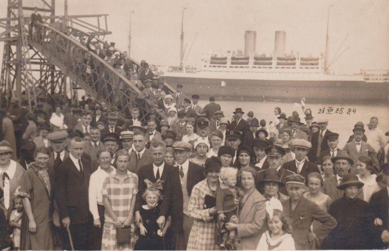 Orig. Foto Postkarte Cuxhaven Passagiere Hafen Brücke Dampfer