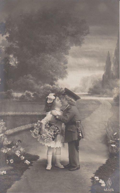 Ansichtskarte Kinder-Paar beim Küssen Kind als Soldat WKI Kitsch Foto 1918