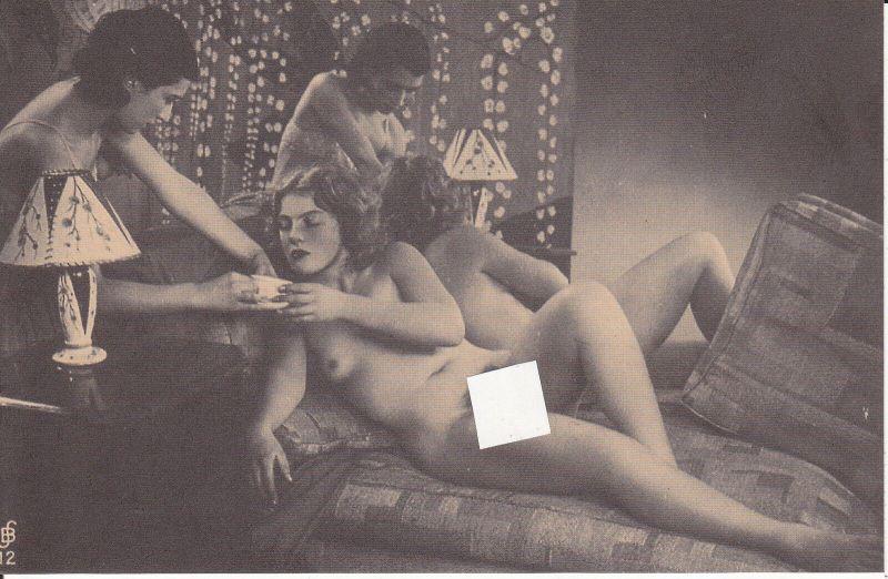 Ansichtskarte Paar Frauen Frau auf Diwan Akt Vintage Erotik