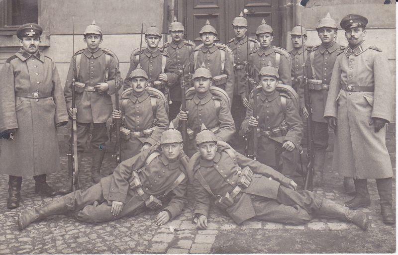 Orig. Foto Postkarte Gruppenbild Soldaten in voller Montur Gewehre / WK I 1914