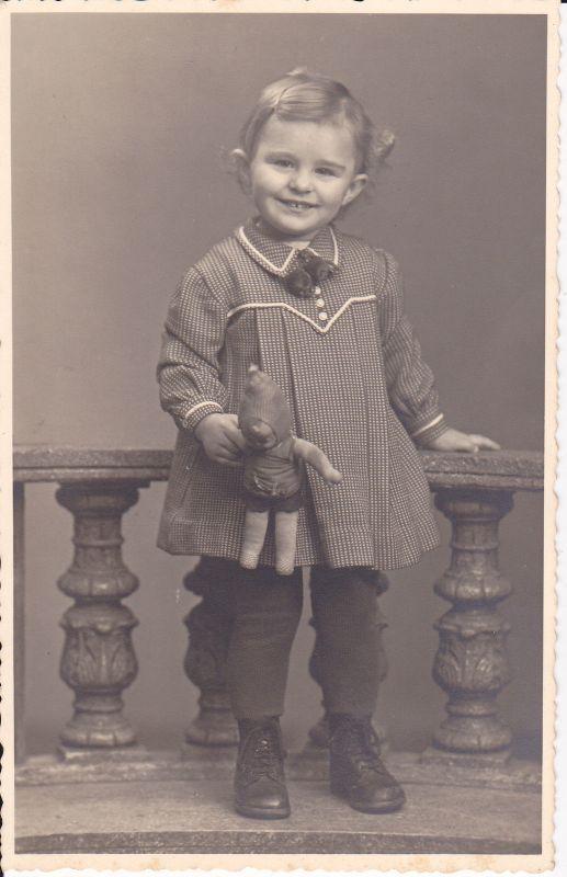 Orig. Foto Porträt Kind lachend mit Puppe Kindermode ca. 1930
