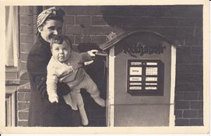 Ansichtskarte Foto Briefkasten Reichspost Mutter mit Kind Baby 1942