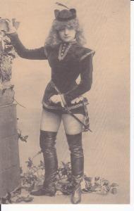 Ansichtskarte Frau im Kostüm Page Stiefel