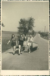 Sport - Wassersport - Zwei Frauen und ein Mann mit Kayak   1965 Privatfoto
