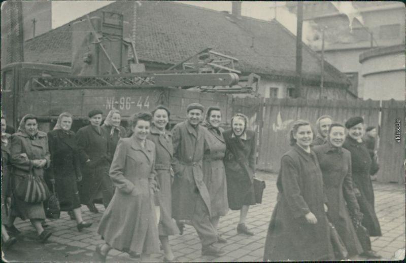 Menschen  - Arbeiter - Frauen auf den Weg zur Arbeit 1963 Privatfoto