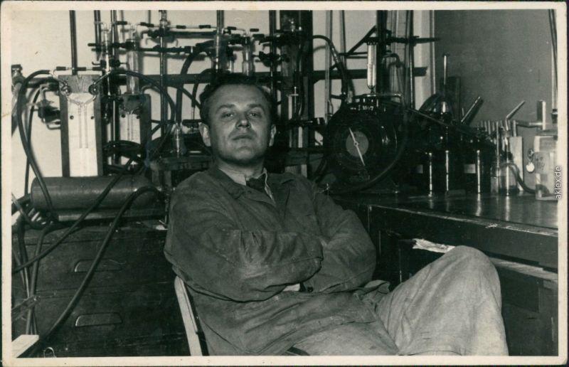 Soziales Leben - Arbeiter - Unbekannte Person im Labor 1965 Privatfoto