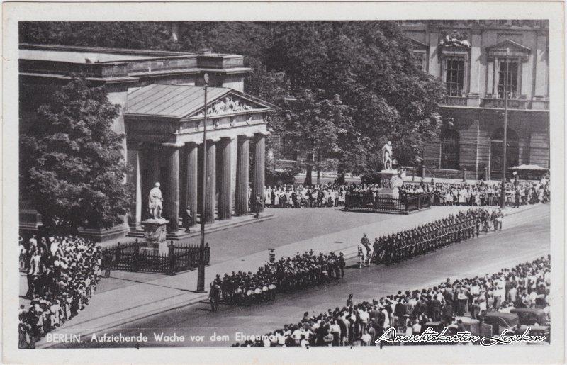 Mitte-Berlin Aufziehen der Wache vor dem Ehrenmal