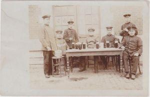 Soldaten beim Biertrinken und musizieren