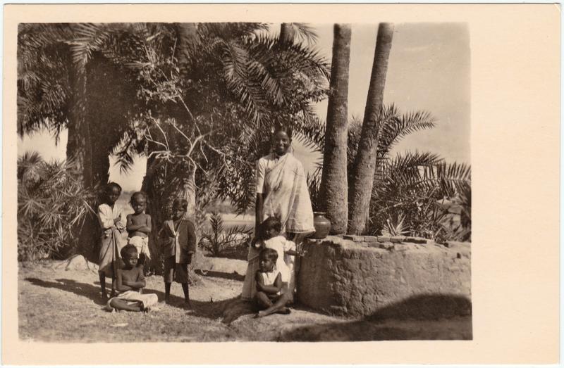 Frau und Kinder am Brunnen  - Südindien 1930