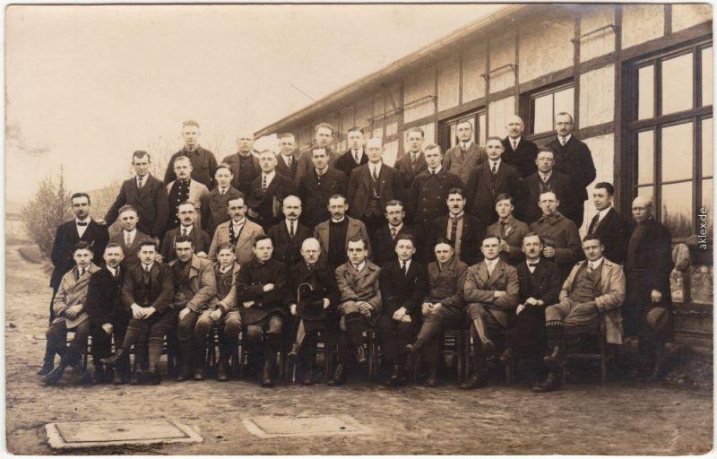 Geisenheim Gruppenfoto vor Baracke Privatfoto Ansichtskarte 1918