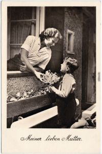 Junge schenkt Mutter Blumen - Muttertag Ansichtskarte  1942