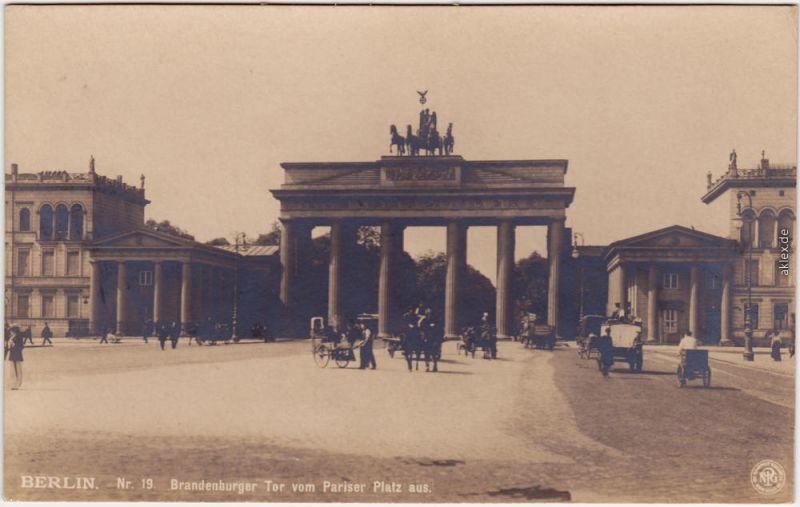 Mitte Berlin Brandenburger Tor vom Pariser Platz aus, belebt, Kutschen 1917