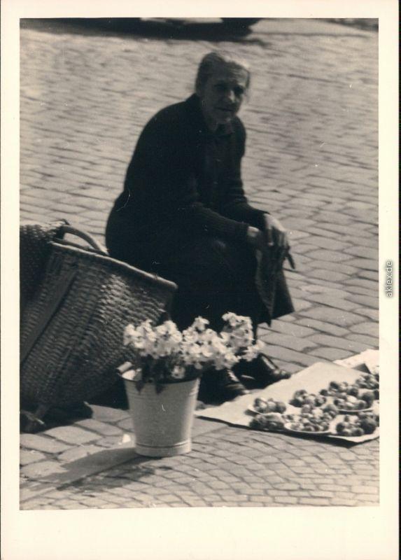 Regensburg Pilzverkäuferin auf den Regensburger Markt 1954 Privatfoto