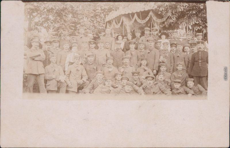 Ansichtskarte  Soldaten: Gruppenbild mit Zivilisten dazwischen 1915
