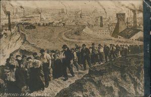 Russland allgemein Künstlerkarte -  Arbeiter verlasen Industriestadt 1910
