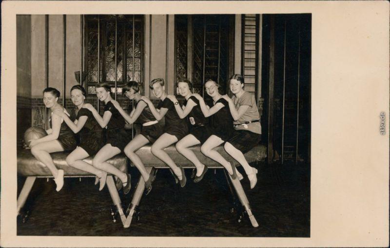 Ansichtskarte  Mädchen beim Sport - Turnhalle 1930