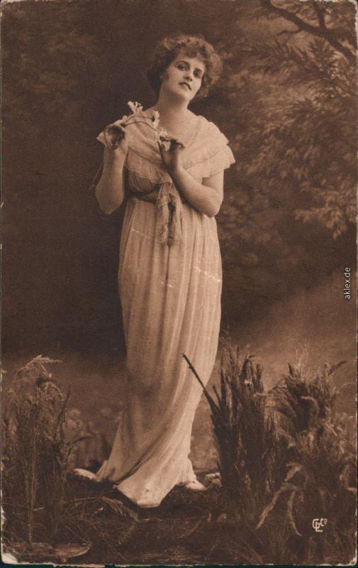 Menschen / Soziales Leben - Erotik (Nackt - Nude) - Frau im Nachthemd 1918