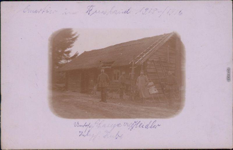 Ansichtskarte  Soldaten vor einer Hütte in Rußland Privatfotokarte 1916