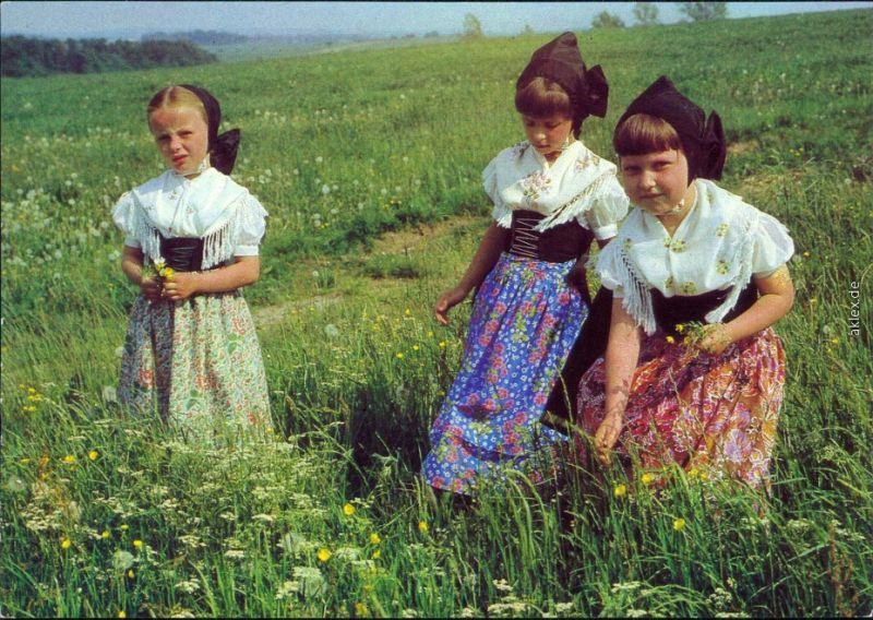 Sorbische Trachten - katholische Tracht - Mädchen auf einer Wiese 1982