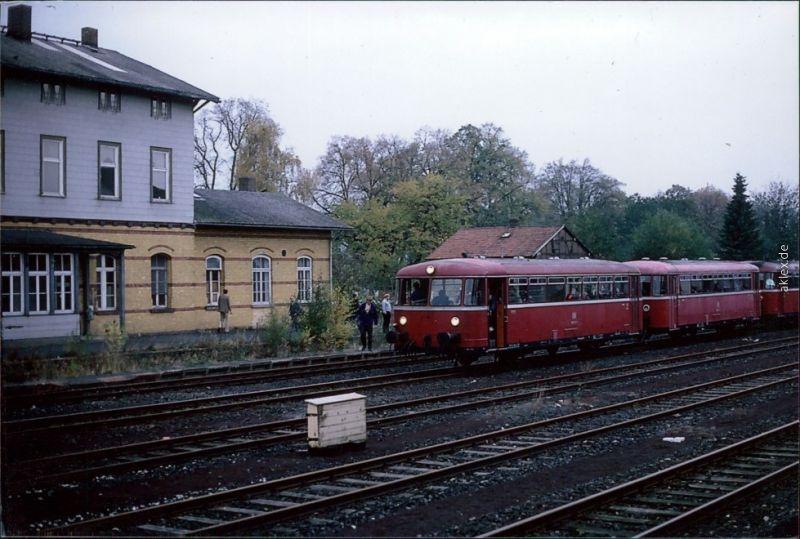 Ansichtskarte  Personenzug (Rot) fährt in Bahnhof ein 2014 Privatfoto