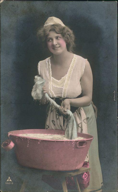 Menschen / Soziales Leben - Erotik (Nackt - Nude) - Frau bei der Wäsche 1912