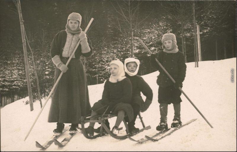 Foto  Wintersport: Skifahrer und Schlitten - Kinder 1906 Privatfoto