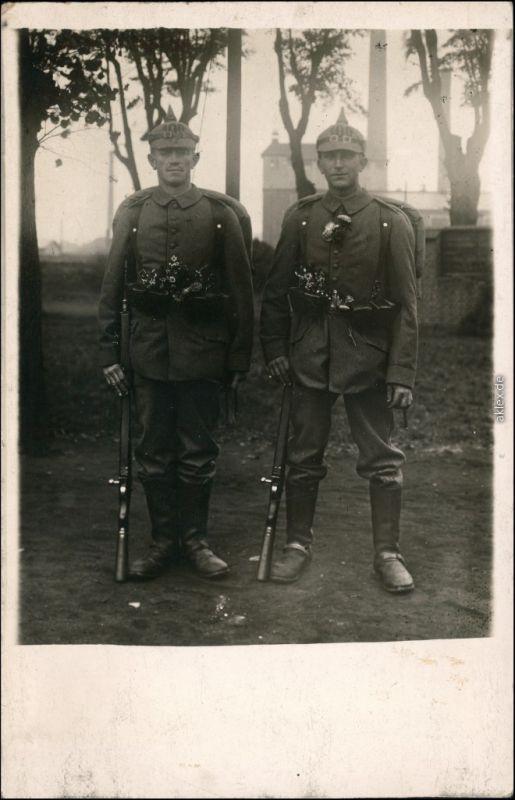 Soldaten-Porträts 1. Weltkrieg - Zwei Soldaten Pickelhauben Blumenschmuck 1916