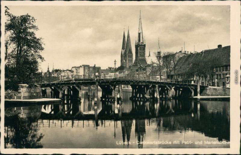 Lübeck Dankwartsbrücke mit St. Petri Kirche und Marienkirche 1945