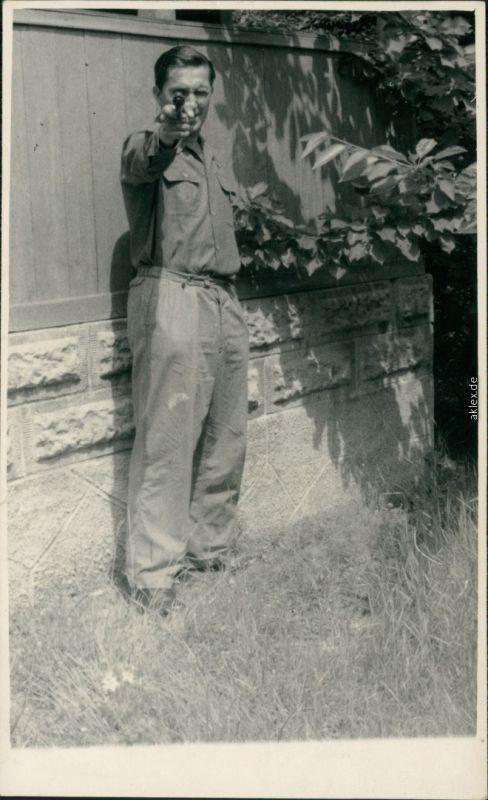 Foto  Mann ziehlt mit Kaliber 22 Revolver 1964 Privatfoto